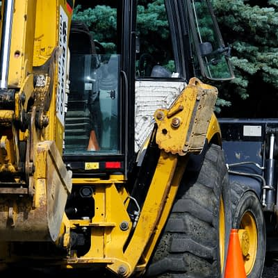 Wykonujemy prace drogowe, utwardzanie dróg, zakładanie chodników, instalowanie znaków drogowych, naprawę ubytków w drogach utwardzanych