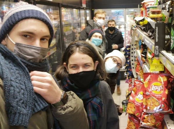 Na zdjęciu znajduje się nasze zespół, który jest w sklepie i sprawdza działanie aplikacji dla osób niewidomych i niedowidzących